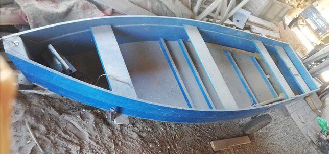 Продам лодку с веслами
