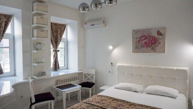 Красивая студия с белой кроватью - аренда посуточно