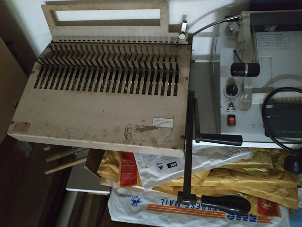 Máquina de encadernação em argolas de plástico