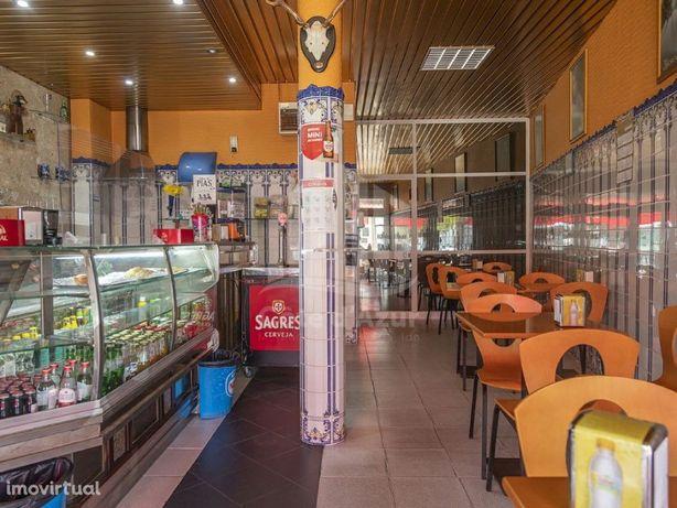 Café para trespasse situado na Vila Nova da Caparica