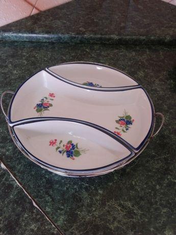 Блюдо з трьома тарілками