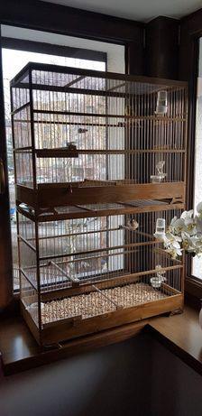 Piękna drewniana klatka dla ptaków