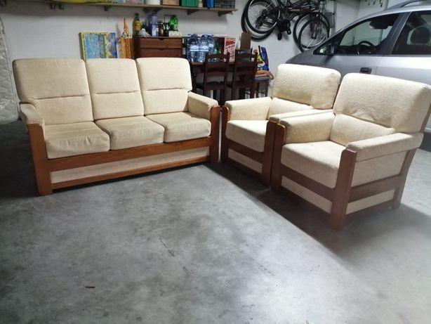 Conjunto de sofás em tecido com estrutura em madeira