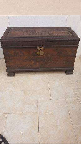 Baú antigo de madeira maciça