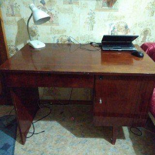 Продам письменный стол (СССР) в хорошем состоянии.