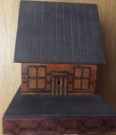 Sprzedam skarbonkę domek drewniany z PRL-u
