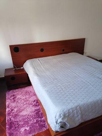 Cama de casal com estrado, mesas de cabeceira e secretária
