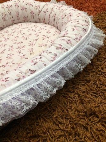 Кокон -гнездышко для новорожденных двухсторонний красивый с кружевомво