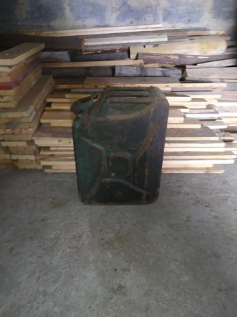 Stary kanister metalowy 20l