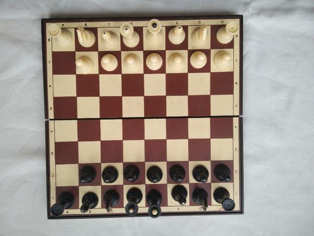 Продам 2 шахматные доски с шахматными фигурами