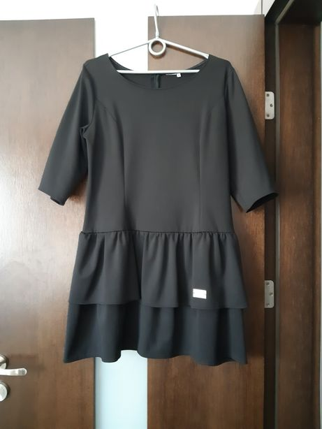 Czarna sukienka z baskinka