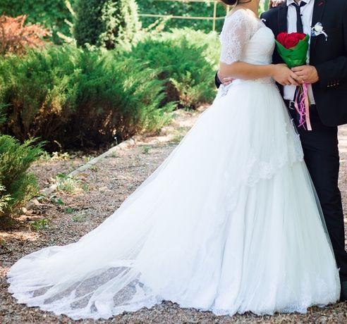 Свадебное пышное белое платье со шлейфом