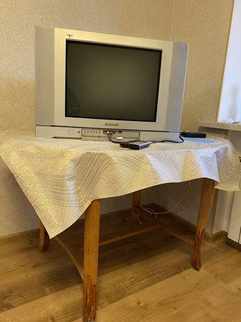 Срочно продам рабочий телевизор+стол в подарок