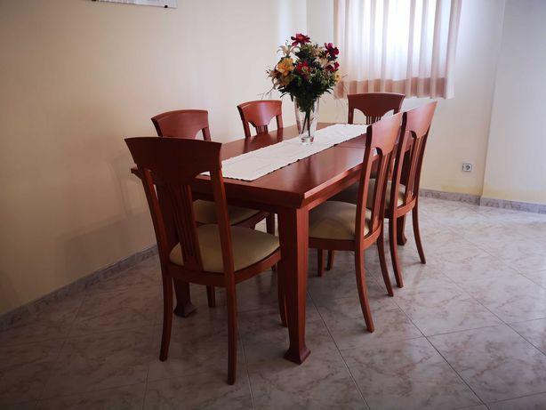 Mesa e seis cadeiras em cerejeira