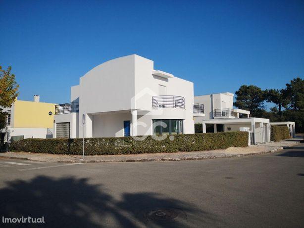Moradia Isolada com três suites no condomínio Palmela Village