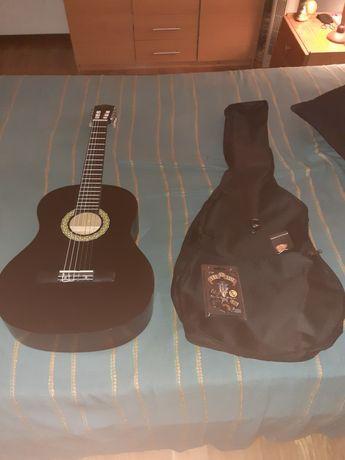 Pack Guitarra Clássica Preta GEMMA P C + Pack de palhetas Guns n Roses