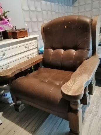 Stary fotel drewniany do renowacji