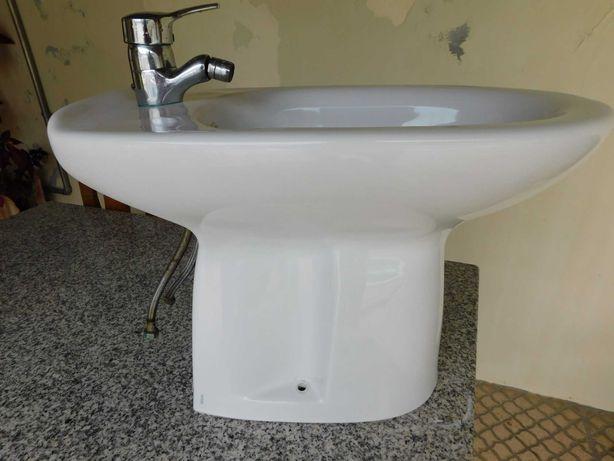 Bidé de casa de banho com torneira