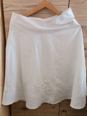Biała spódnica z ozdobnym haftem