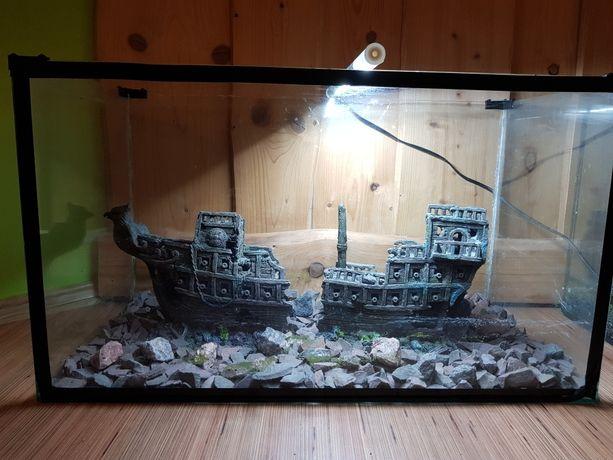 Akwarium 105 litrów z kamieniami i statkiem