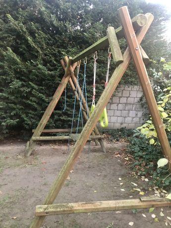 Drewniany plac zabaw, huśtawka, drabinka, pajęczyna