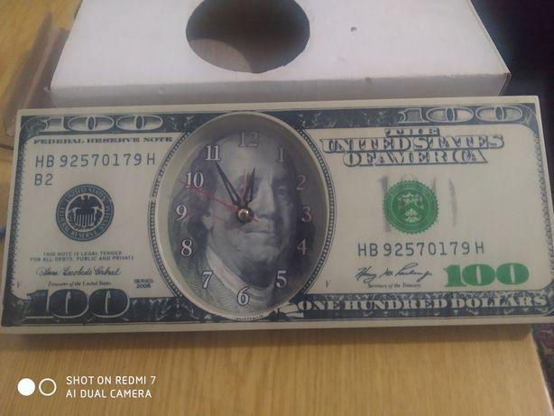 Часы навесные в виде  100 долларов