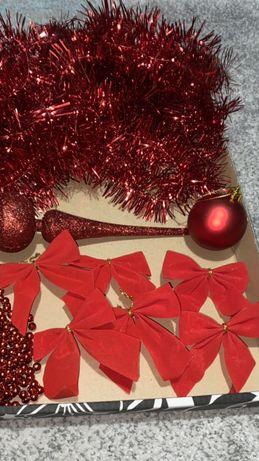 Świąteczne ozdoby choinkowe czerwone , bombki lańcuchy korale kokardki