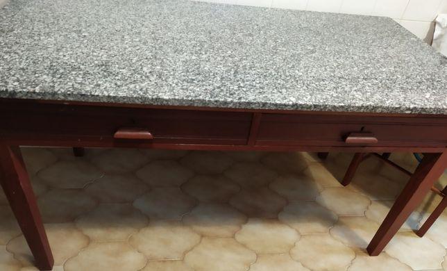 Mesa de Jantar Rústica, maciça tampo de granito e com 6 cadeiras