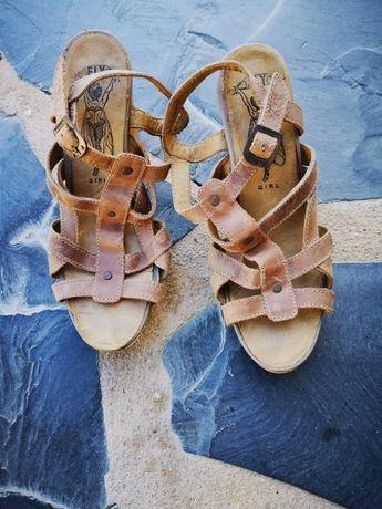 Sandálias de Senhora marca Fly London,