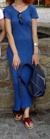 Letnia, długa, obcisła sukienka niebieska.