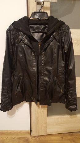 Czarna skórzana kurtka z odpinaną bluzą i kapturem