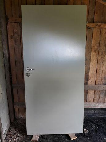 Drzwi wejściowe gospodarcze, na budowę  90-tki x 200cm , używane.