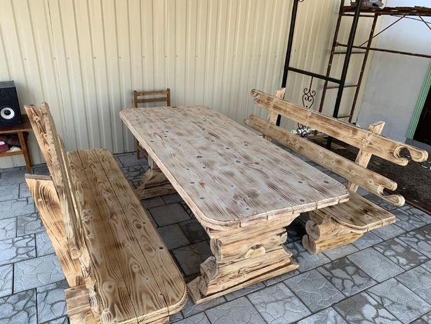 Стол из дерева и скамейки