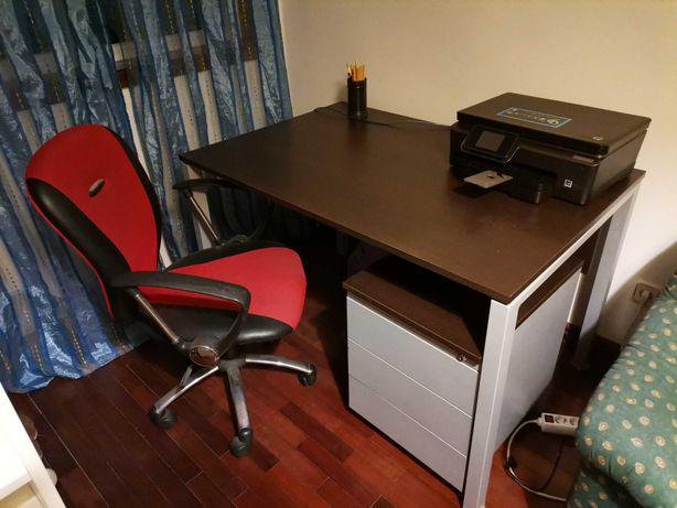 Secretaria, bloco de gavetas e cadeira