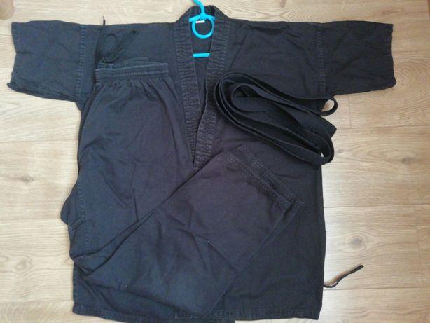 кімоно для карате разом із чорним поясом
