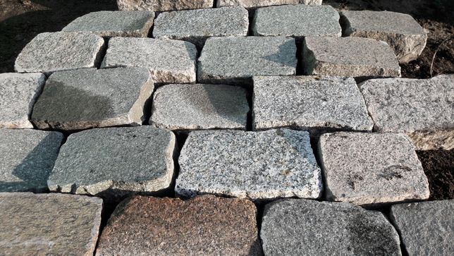 Kostka granitowa cięta płomieniowana starobruk brukowiec granit