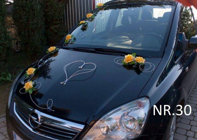 Żółto-pomarańczowa dekoracja na samochód do ślubu.