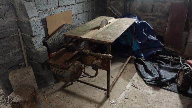 Stół do cięcia drewna z silnikiem na siłę