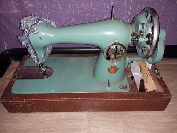 Швейная машинка советского образца . В РАБОЧЕМ СОСТОЯНИИ