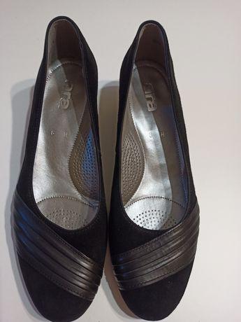 Жіночі замшеві фірмові туфлі.