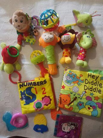 Много развивающих игрушек с первых дней жизни