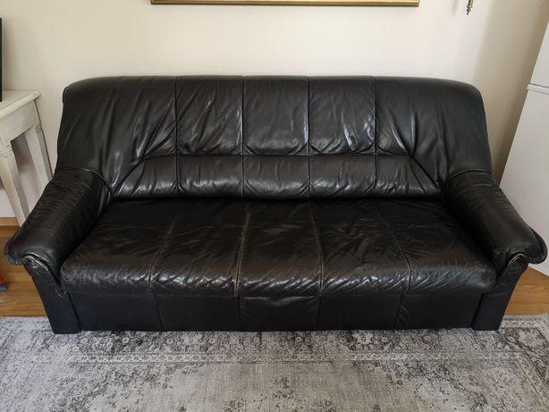 Skórzana kanapa, w kolorze czarnym.