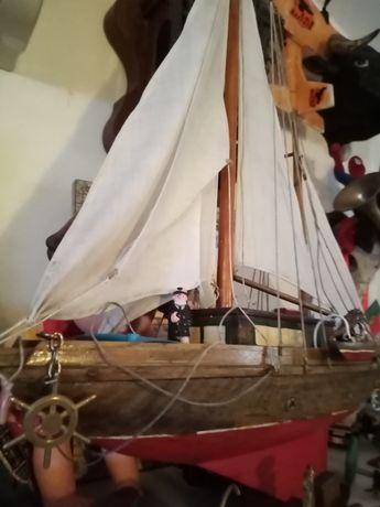 Barco veleiro em madeira decorativo antigo