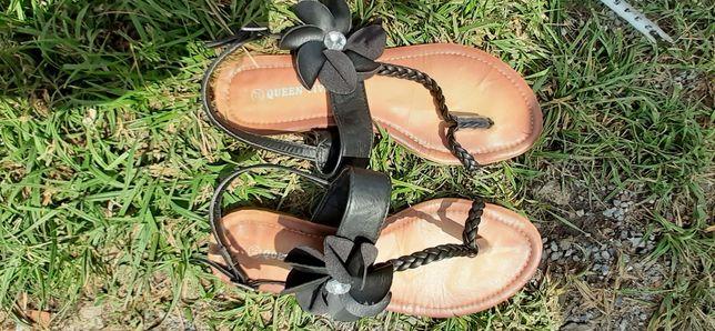 Sandały czarne z kwiatkiem