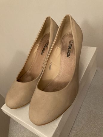 Kremowe buty na koturnie
