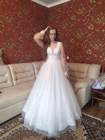 Сяюча весільна сукня