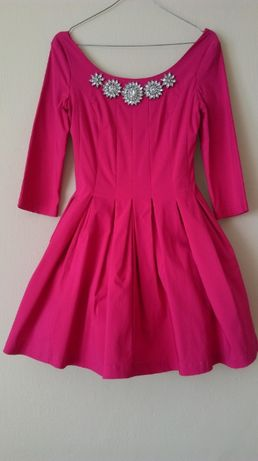 Różowa rozkloszowana sukienka z ozdobną kolią