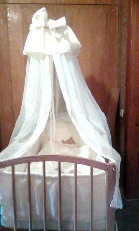 Кровать-манеж в комплекте с матрацем, балдахином и мягкой зашитой