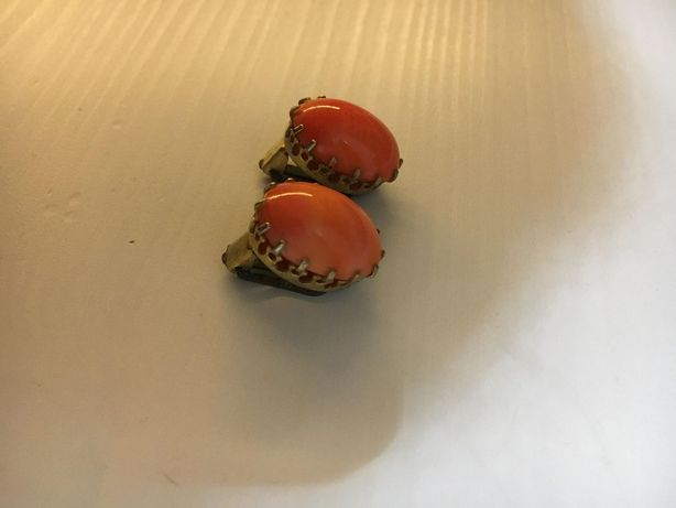 brincos cor de laranja de mola