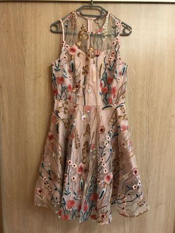 Sukienka w haftowane kwiaty